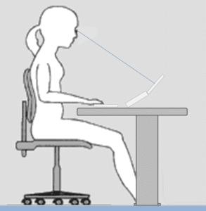 Sitzhaltung bei der Arbeit mit Notebook: links mit zu tief geneigtem Kopf und rechts ergonomischer mit aufgestelltem Gerät.
